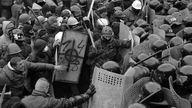 Manifestants affrontant la police sur la place Maidan à Kiev, avec parmi eux des néo-nazis. (photo SERGEI SUPINSKY/AFP)