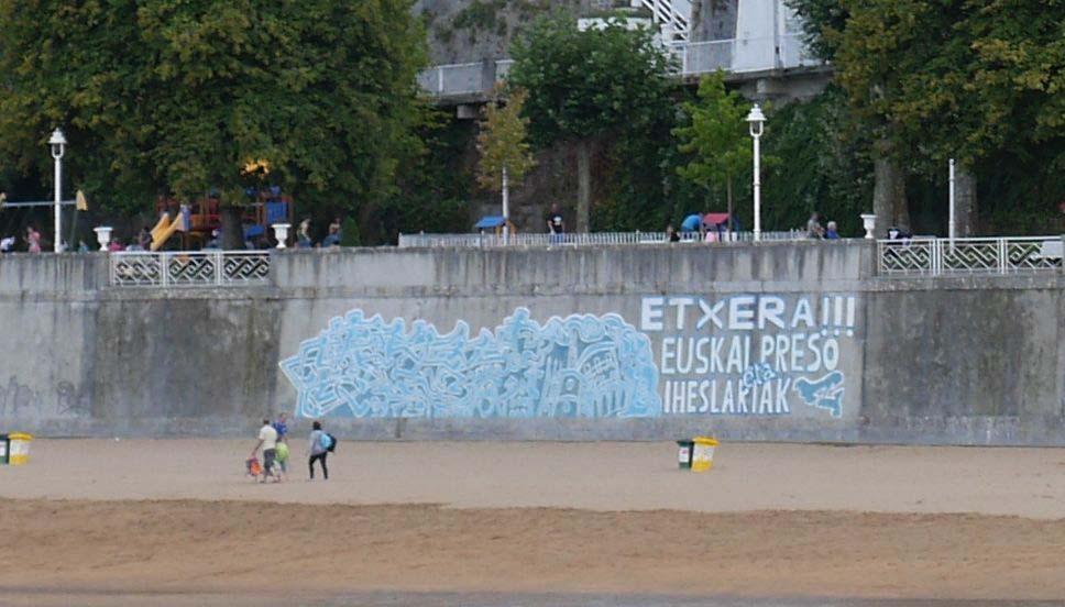 Fresque défendant le retour des prisonniers politiques basques sur la plage principale de Lekeitio.